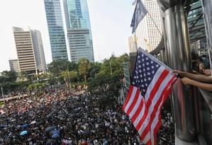 Manifestantes marcham em direção ao consulado dos EUA em Hong Kong, pedindo ao governo americano que pressionem Pequim a atender suas demandas Foto: VIVEK PRAKASH / AFP