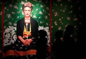 Visitantes observam exposição sobre Frida Kahlo, em Budapeste, Hungria Foto: BERNADETT SZABO / Reuters/2-8-2018