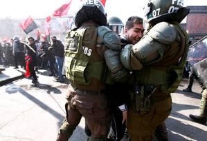Manifestante é detido pela polícia de choque durante o 46º aniversário do golpe de Estado no Chile Foto: STRINGER / REUTERS