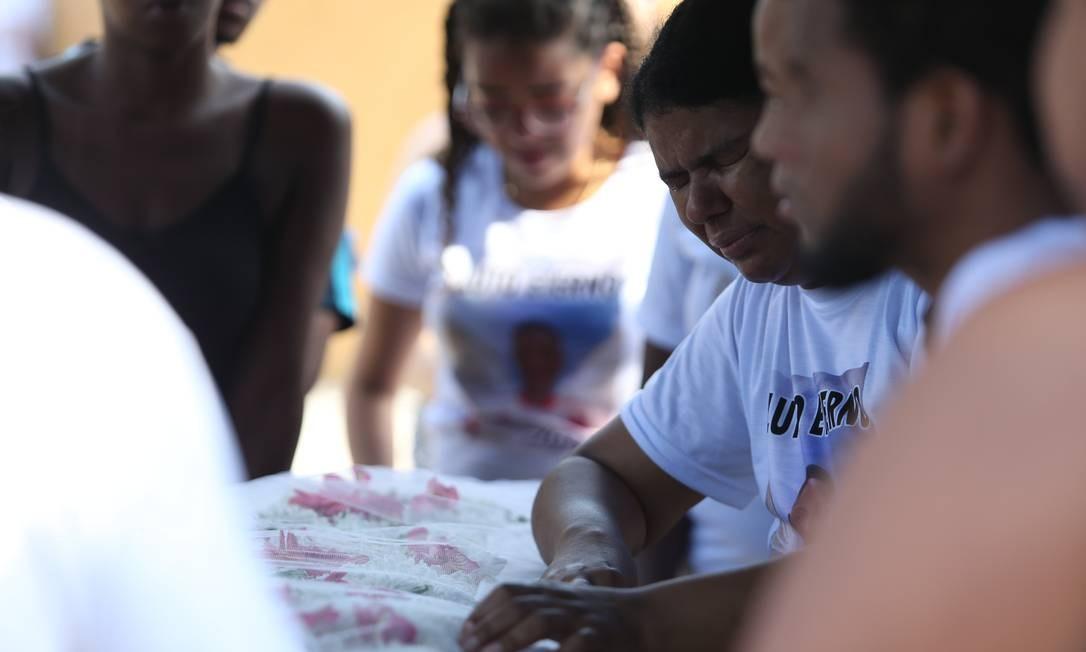 Parentes de Lucas, de apenas 18 anos. Ele tinha ido à padaria comprar pão quando foi atingido por tiros no Complexo da Maré Foto: Pedro Teixeira / Agência O Globo