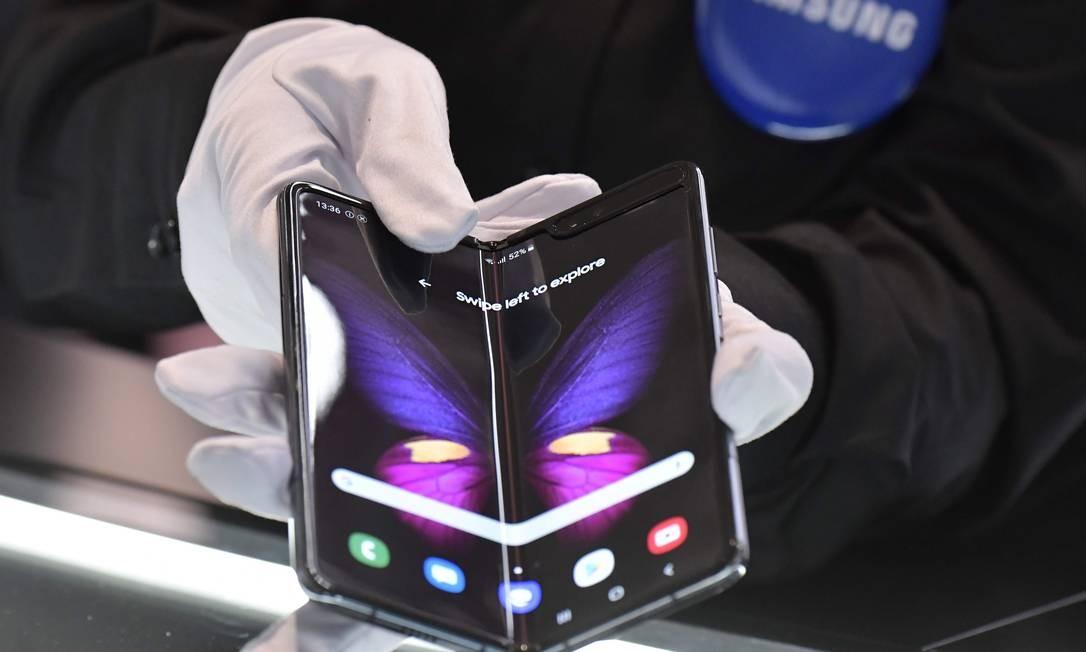 O Galaxy Fold, apresentado no início do ano, chegou às lojas neste mês Foto: TOBIAS SCHWARZ / AFP