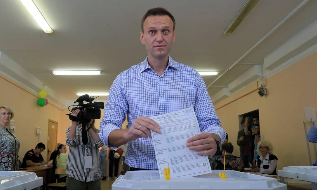 Lider da oposição Alexei Navalny vota em uma seção eleitoral de Moscou. Ele vê na votação deste domingo uma possibilidade de ganhar forças para a eleição parlamentar de 2021 Foto: TATYANA MAKEYEVA / REUTERS