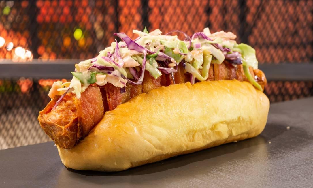 Bullguer.O Bulldogleva salsicha frankfurt enroladinha no bacon com salada coleslaw Foto: Divulgação