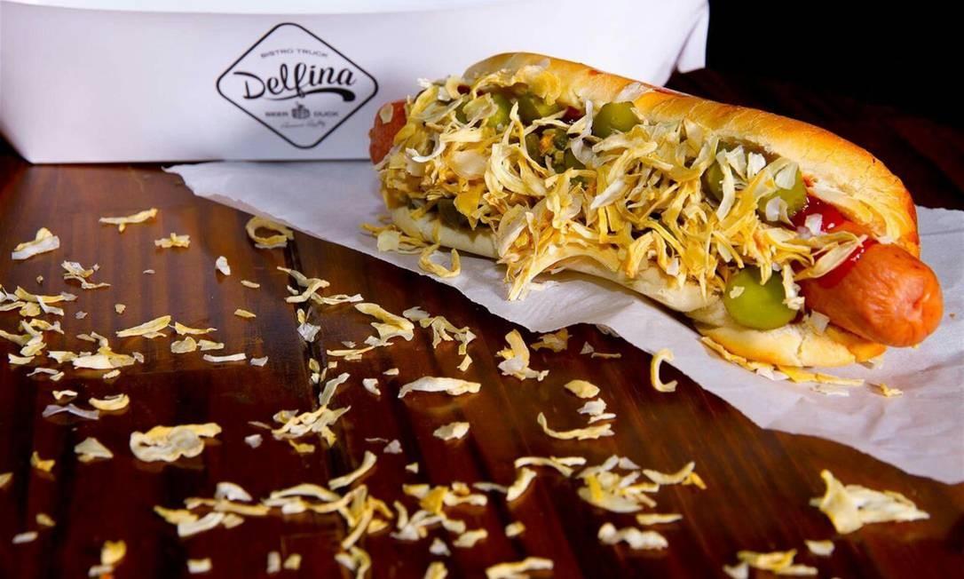 Delfina. O hot dog dinamarquês, no pão de leite, com salsicha tipo Frankfurter, molho rémoulade, catchup, mostarda Dijon, picles e cebola desidratada Foto: Raphael Germano / Divulgação