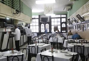 O Bar Luiz, que já teve 48 garçons, atualmente só tem 8 Foto: Custódio Coimbra / Agência O Globo