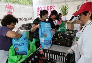 Uma vez ao mês, cidadãos mexicanos podem trocar seu lixo reciclável por alimentos produzidos reigonalmente, no supermercado intinerante El Truque Foto: ARTURO MONROY / NOTIMEX