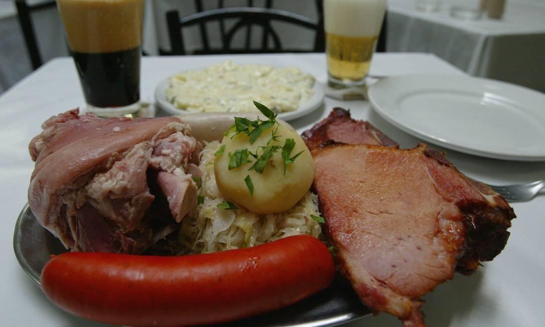 O Bar Luiz serve pratos típicos da culinária alemã. Na foto kassler, salsicha branca, salsichão, chucrute, eisbein e chope Foto: Eurico Dantas / Agência O Globo