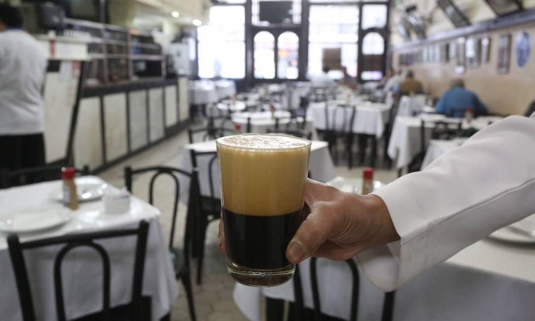 O Bar Luiz foi o pioneiro em servir chope. Recebeu o primeiro barril de cem litros na sua inauguração Foto: Custodio Coimbra / Agência O Globo
