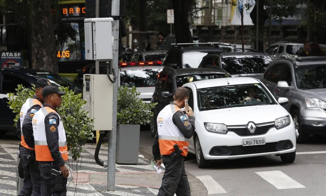 Policiais militares do Niterói Presente em São Francisco: desde 20 de agosto, 28 agentes estavam credenciados para lavrar multas Foto: Fábio Guimarães / Agência O Globo