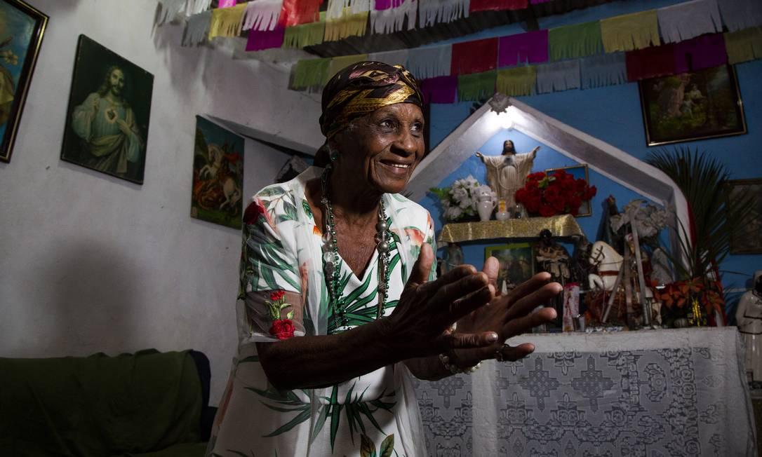Maria Oneida na Tenda Espírita de São Floriano, onde reza pelos visitantes Foto: Bruno Kaiuca / Agência O Globo