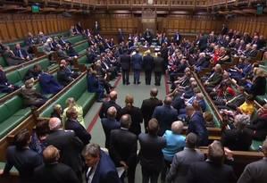 Imagem captada de vídeo mostra os deputados durante a sessão do Parlamento britânico desta segunda, última antes da suspensão do funcionamento da Casa até meados de outubro Foto: AFP