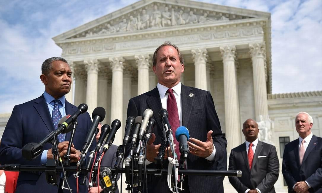 Os procuradores Karl Racine (Distrito de Columbia) e Ken Paxton (Texas) anunciam a investigação sobre o Google diante da Suprema Corte dos EUA. Foto: MANDEL NGAN / AFP