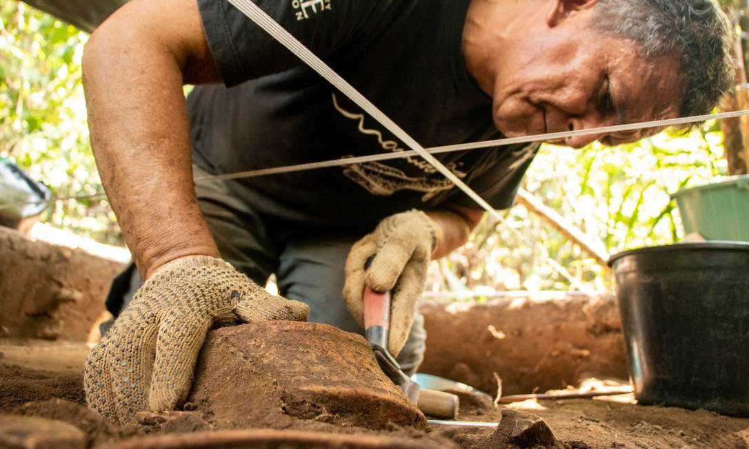 Material encontrado será analisado pelo IDSM e o Inpa, em parceria com a Universidade de São Paulo (USP). As cerâmicas mais antigas indicam que essas regiões são povoadas há milênios Foto: Bernardo Oliveira /