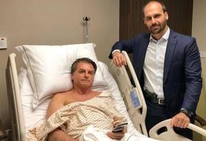 Com pistola na cintura, o deputado Eduardo Bolsonaro vai armado ao hospital visitar o pai, o presidente Jair Bolsonaro Foto: Reprodução