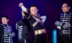 Jack Ma sempre gostou de esrar sob os holofotes. Na foto, aparece dançando vestido de Michael Jackson em evento do Alibaba, em 2017 Foto: STR / AFP