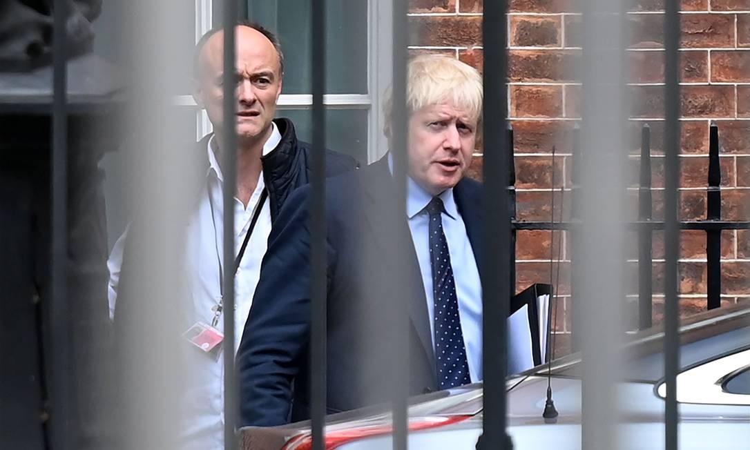 Premier britânico Boris Johnson (à direita) ao lado de seu assessor especial, Dominic Cummings, antes de seguir para o Parlamento no dia 3 de setembro. Cummings usa as mesmas táticas da campanha pela saída do Reino Unido da União Europeia na estratégia de governo de Jonson Foto: DANIEL LEAL-OLIVAS / AFP