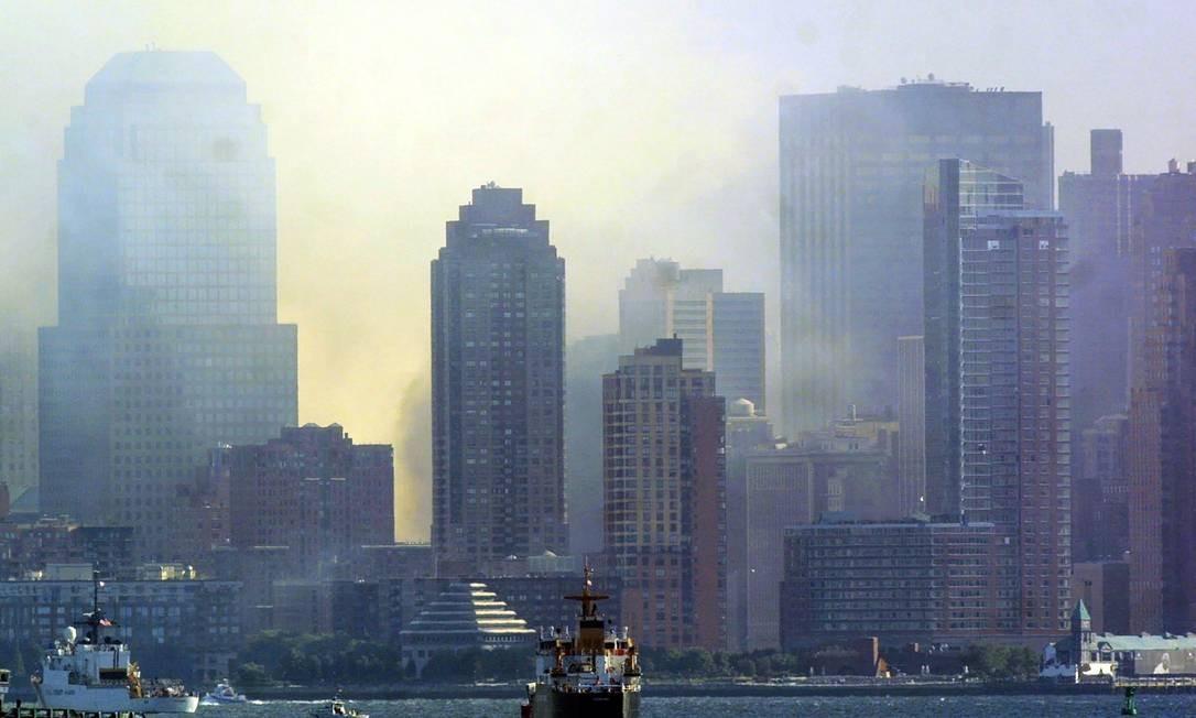 Imagem do dia 12 de setembro de 2001 mostra a nuvem de cinzas e material tóxico provocada pela queda das Torres Gêmeas, no sul da ilha de Manhattan Foto: DOUG KANTER / AFP