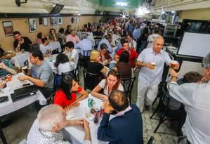 Clientes lotam as mesas do Bar Luiz, que, depois de 132 anos de funcionamento. Estabelecimento não resistiu à alta de aluguéis na Rua da Carioca e à crise econômica Foto: Marcelo Regua / Agência O Globo