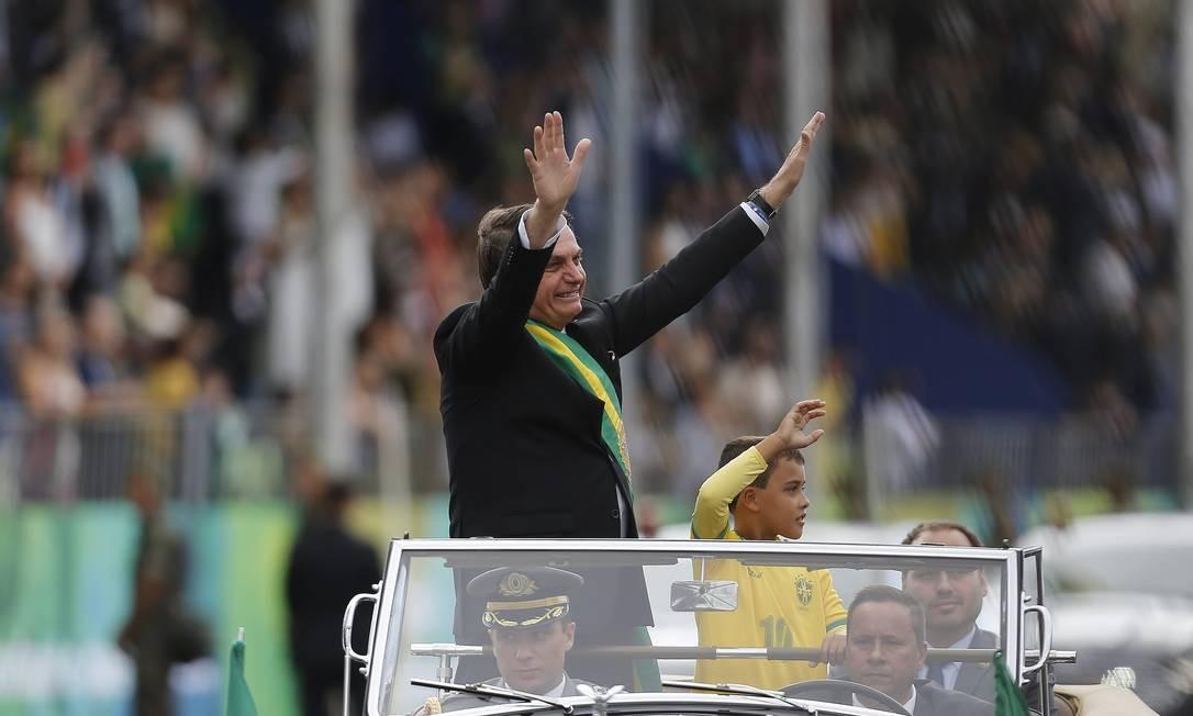 Carlos Bolsonaro (sentado no banco de trás) durante a cerimônia do desfile militar de Sete de Setembro - 07/09/2019 Foto: Jorge William / Agência O Globo