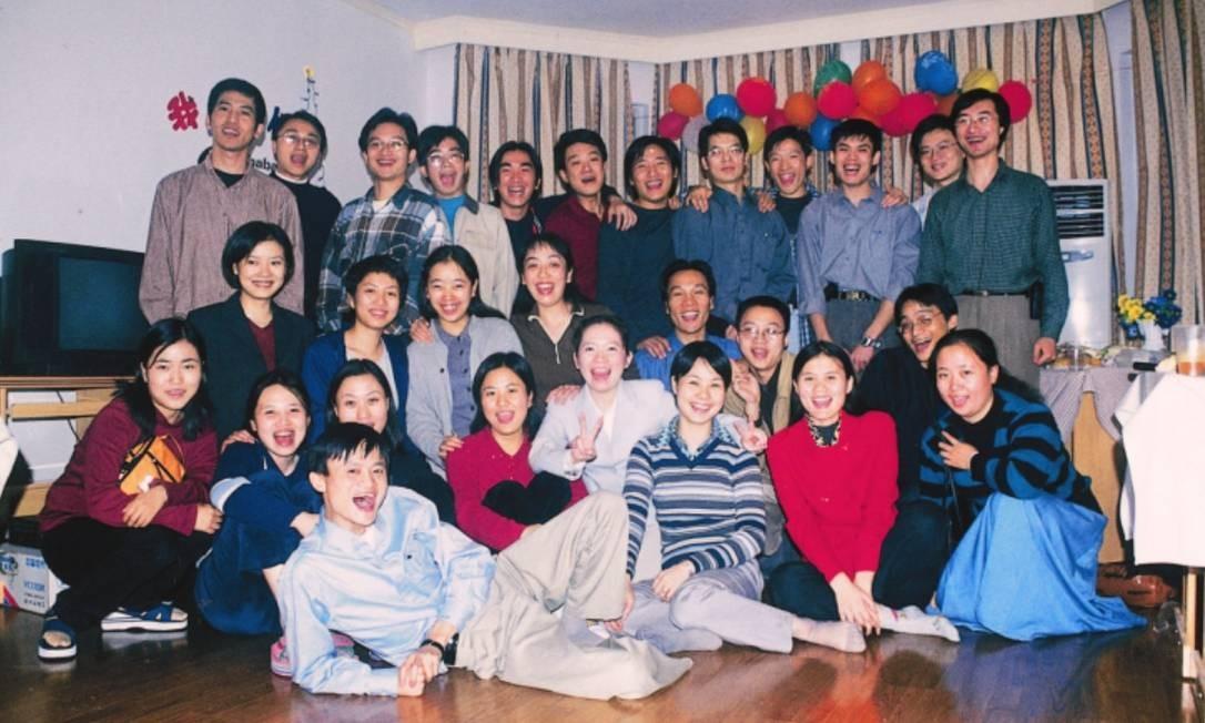 Jack Ma aparece deitado à fremte da equipe inicial do Alibaba Foto: Divulgação - Arquivo do Alibaba Group Holdings Ltd.