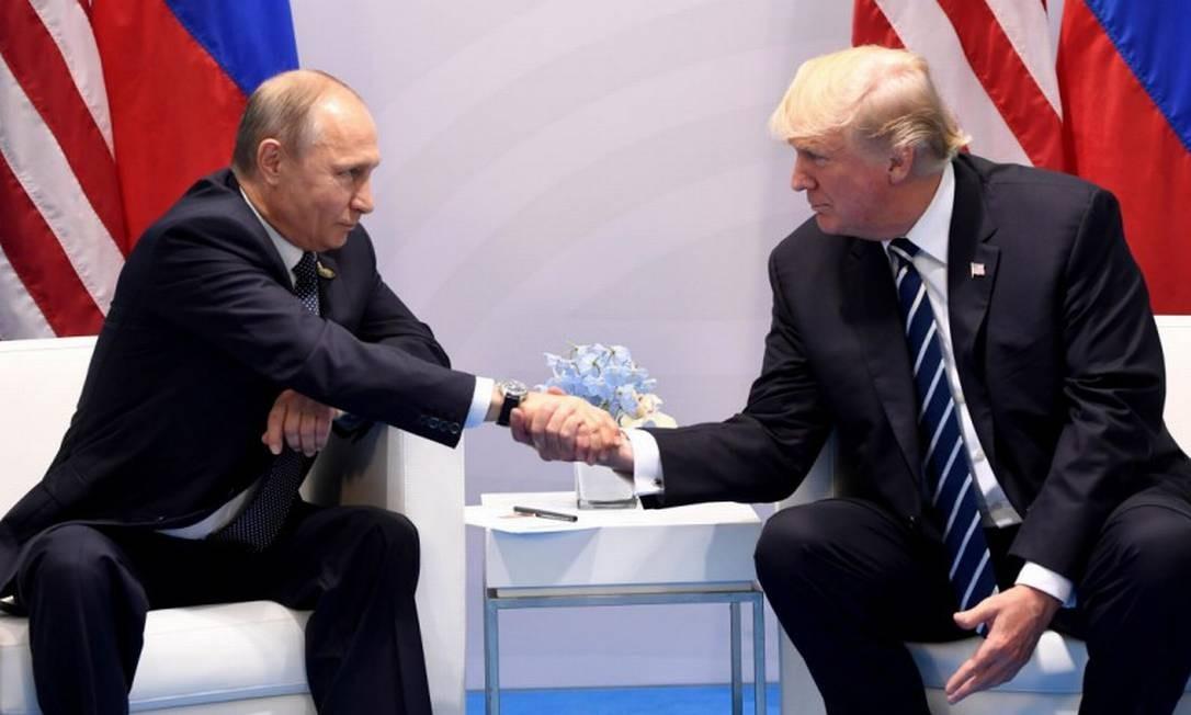 Presidentes Putin e Trump, durante reunião no G20 em 2017, em Hamburgo, na Alemanha Foto: Saul Loeb / AFP/Getty Images/07-07-2017