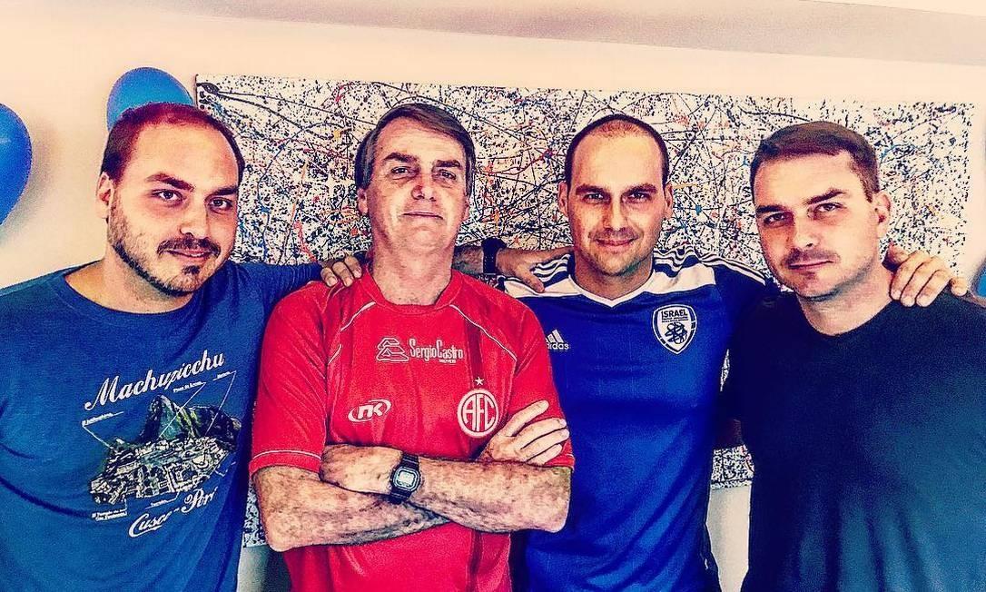 Carlos Bolsonaro (primeiro da esquerda para a direita) o pai, Jair Bolsonaro, e os irmãos parlamentares Eduardo e Flávio Bolsonaro Foto: Redes sociais/Instagram