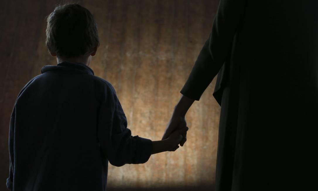 Brasil Brasília BsB DF 12/12/2017 - ESTUPROS CONTRA MENINOS É DRAMA INVISÍVEL. De cada dez estupros registrados no sistema público de saúde, um é contra vítima do sexo masculino, sendo que 62,5% dos agredidos têm até nove anos de idade. Dados inéditos do Ministério da Saúde apontam o tamanho do drama ainda invisível da violência sexual contra homens. Em 2016, foram 2.491 casos -- média de sete por dia. O número é 79% superior às 1.392 ocorrências de 2011, quando a notificação passou a ser compulsória no SUS. As informações oficiais traçam um perfil dessas vítimas: 36,6% têm histórico de repetição, 57,3% das violações ocorreram em casa, e os perpetradores mais comuns são amigos ou conhecidos (37%) e familiares (21%). Fenômeno comum da violência sexual, a subnotificação é ainda mais elevada no caso dos meninos abusados que no das meninas, apontam profissionais ouvidos pelo GLOBO que lidam diretamente com as vítimas. Eles foram unânimes em apontar a cultura machista como o maior obstáculo para romper esse tipo de violação. Nas fotos, família com ação judicial contra estrupo. Foto Michel Filho / Agência O Globo Foto: Michel Filho / Agência O Globo