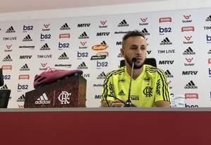 Lateral Rafinha na entrevista coletiva no Ninho do Urubu Foto: Alexandre Vidal / Flamengo