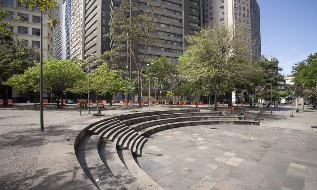Anfiteatro do Buraco do Lume, palco de apresentações de artistas de rua. Parte da praça fica em um terreno particular, intocado devido a regras rígidas para executar empreendimentos no local Foto: Márcia Foletto / Agência O Globo