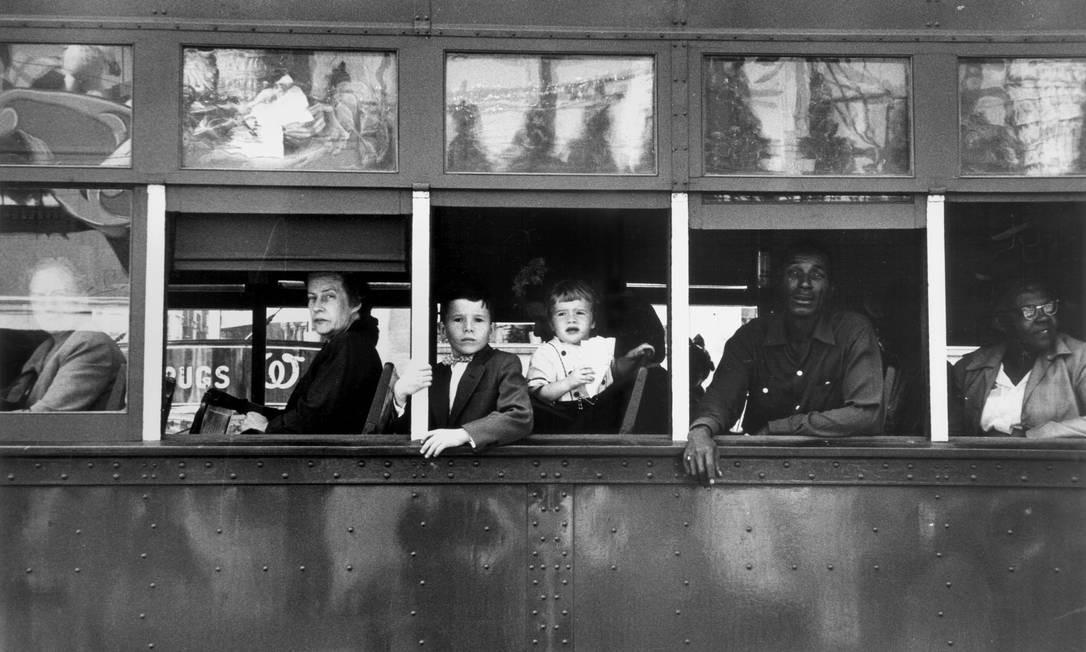 """O estilo de fotografar de Robert Frank, imagens granuladas, contrariava o estilo usado na época, nítidas e bem iluminadas. Foto """"Trolley - New Orleans"""", 1955 Foto: Robert Frank / Reprodução NYT"""