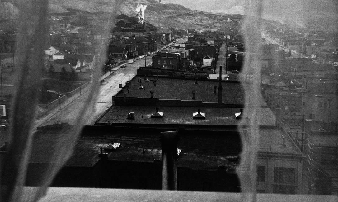 """As fotos de Frank foram inicialmente consideradas deformadas, borradas, amargas. """"Vista da janela do hotel - Butte, Montana"""", 1956 Foto: Robert Frank / Reprodução NYT"""