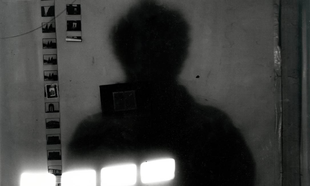 """O estilo de fotografar de Robert Frank lhe rendeu o apelido de """"Manet da nova fotografia"""", da crítica cultural Janet Malcolm. """"New York City, 7 Bleecker Street"""", setembro de 1993 Foto: Robert Frank / Reprodução NYT"""
