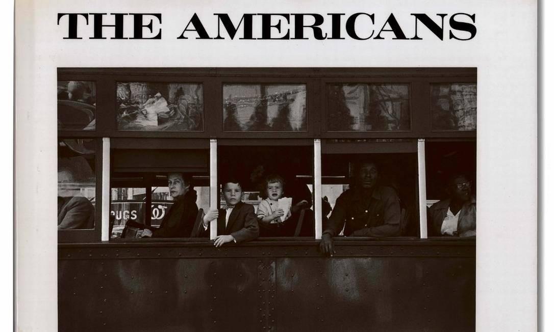 """Capa do livro """"The Americans"""", publicado em 1959, obra-prima de fotografias em preto e branco tiradas das viagens de cross-country de Frank em meados da década de 1950 Foto: Robert Frank / Reprodução NYT"""