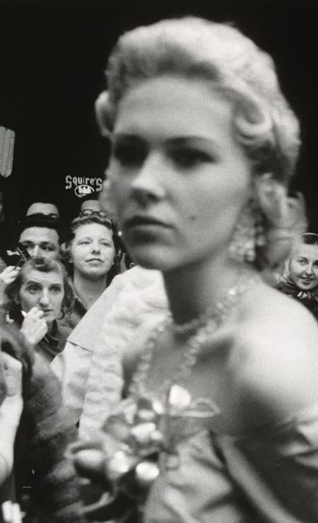 """As fotografias de Robert Frank influenciaram a maneira como os fotógrafos começaram a abordar não apenas seus assuntos, mas também a moldura da imagem. """"Estreia do filme Hollywood"""", 1955 - """"The Americans"""" Foto: Robert Frank / Reprodução NYT"""