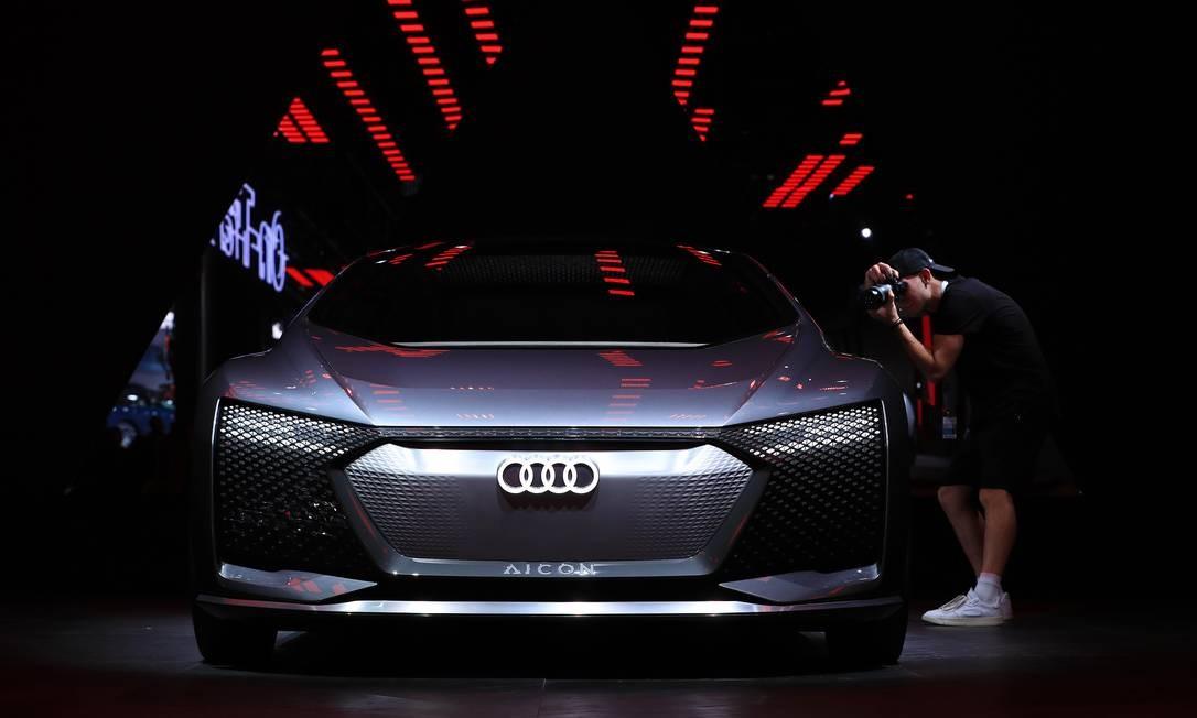 Um participante fotografa um automóvel elétrico conceito Audi Aicon em exibição no hall da Volkswagen antes da abertura do Salão do Automóvel de Frankfurt, na Alemanha Foto: Krisztian Bocsi / Bloomberg
