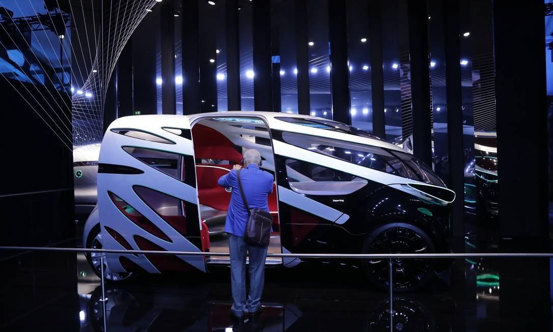 Um participante inspeciona as portas deslizantes dos passageiros em um veículo autônomo elétrico Mercedes-Benz Urbanetic, fabricado pela Daimler Foto: Alex Kraus / Bloomberg