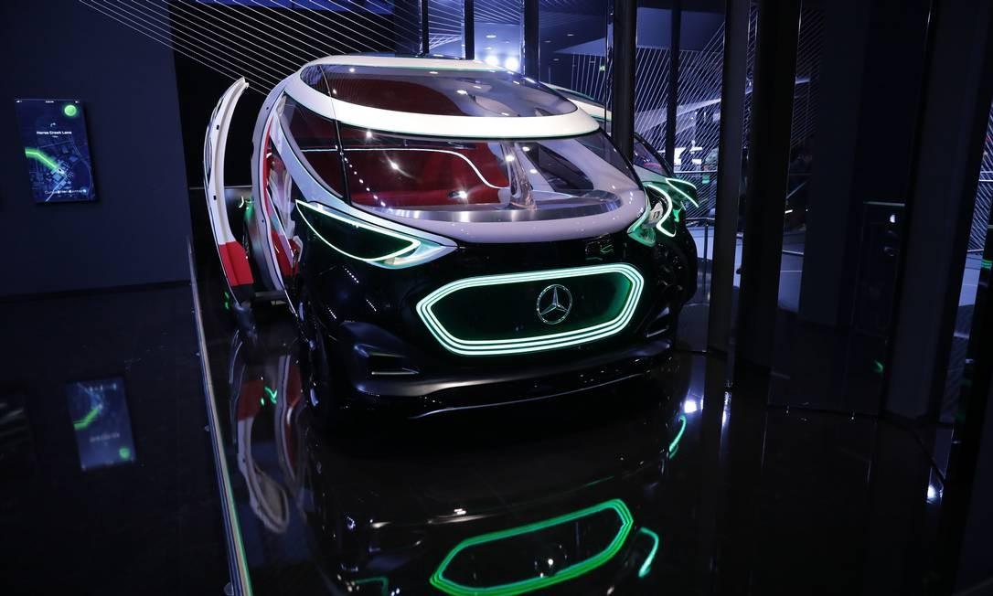 Um veículo autônomo elétrico Mercedes-Benz Urbanetic, fabricado pela Daimler, é exibido no Salão do Automóvel de Frankfurt Foto: Alex Kraus / Bloomberg