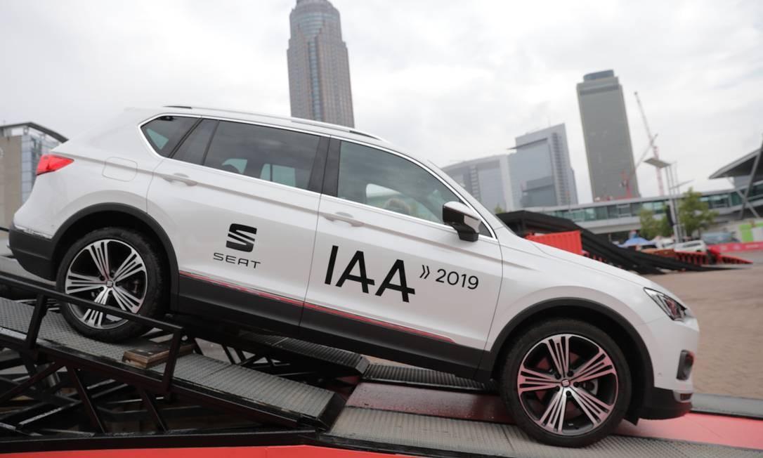 Um veículo utilitário esportivo Seat Ateca, fabricado pela Volkswagen, é transportado para ser exibido durante o Salão do Automóvel de Frankfurt, na Alemanha Foto: Alex Kraus / Bloomberg