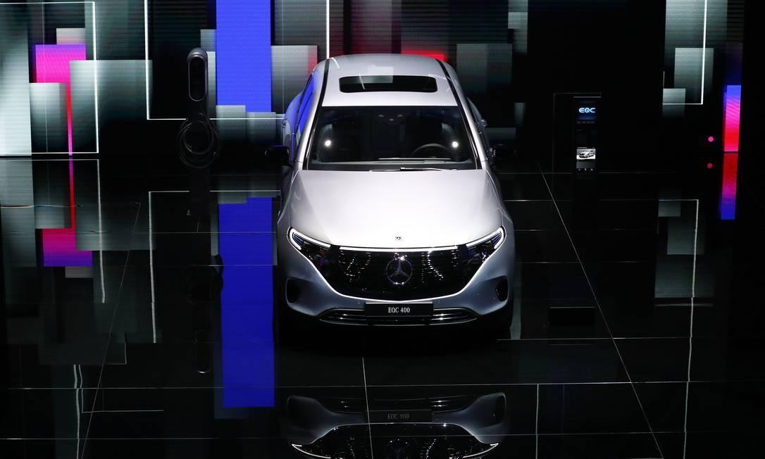 Um automóvel elétrico Mercedes-Benz EQC 400, fabricado pela Daimler AG, na abertura do Salão do Automóvel de Frankfurt, na Alemanha Foto: Alex Kraus / Bloomberg