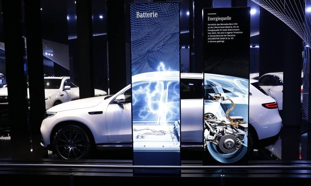 O Mercedes-Benz EQC 400 elétrico, fabricado pela Daimler AG, está em exibição no Salão do Automóvel de Frankfurt, na Alemanha Foto: Alex Kraus / Bloomberg