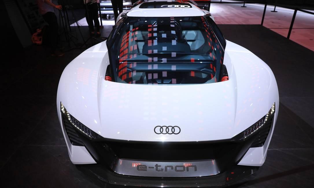 Um carro esportivo elétrico conceito Audi AG e-tron é exibido no Salão do Automóvel de Frankfurt, na Alemanha Foto: Krisztian Bocsi / Bloomberg