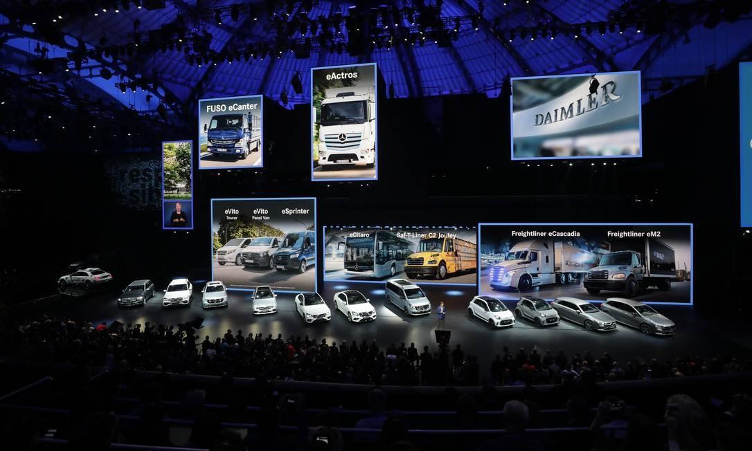 Ola Kallenius, CEO da Daimler, fala sobre a marca ao lado da nova linha de veículos elétricos Mercedes-Benz na abertura do Salão do Automóvel de Frankfurt, Alemanha Foto: Alex Kraus / Bloomberg