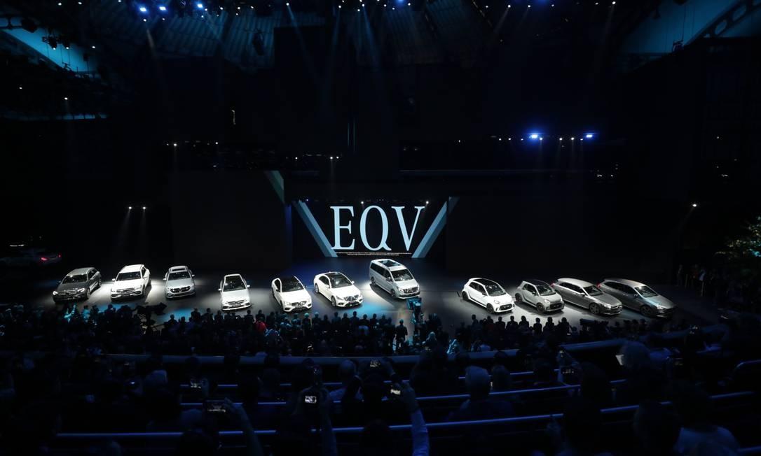 A nova linha de veículos elétricos da Mercedes-Benz é exibida no palco do salão de exposições Daimler no dia da abertura do Salão do Automóvel de Frankfurt, na Alemanha Foto: Alex Kraus / Bloomberg
