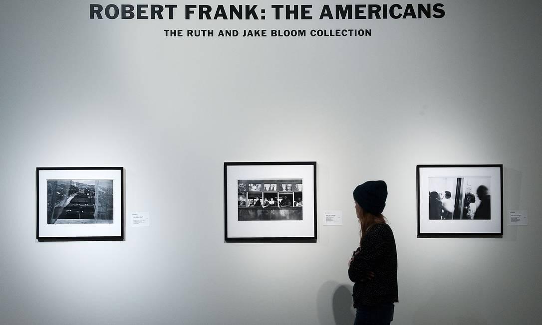 """Exposição de fotos de Robert Frank em galeria de Nova York. O fotógrafo nasceu na Suíça e ganhou fama com a publicação de seu livro de referência de 1958, """"The Americans"""", um olhar da sociedade norte-americana Foto: BRYAN THOMAS / AFP"""