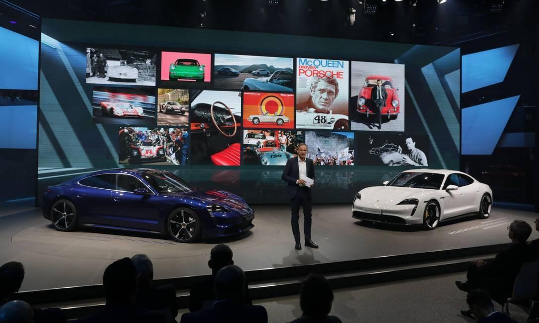 Oliver Blume, CEO da Volks, fala na abertura do Salão do Automóvel de Frankfurt, na Alemanha, ao lado de automóveis de luxo totalmente elétricos Porsche Taycan Foto: Alex Kraus / Bloomberg