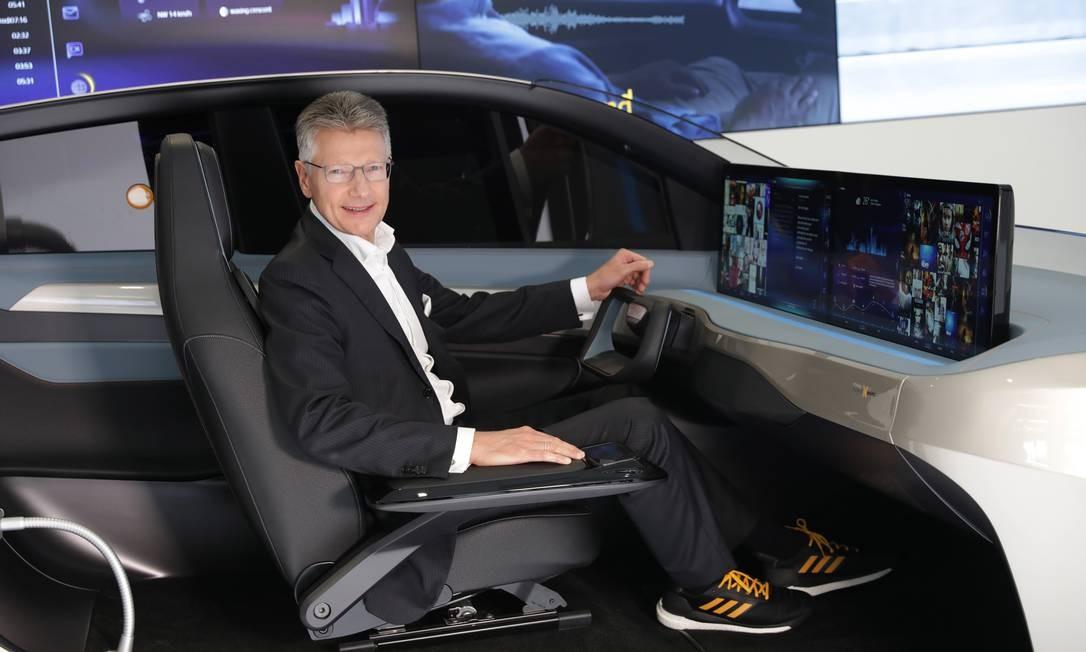 Elmar Degenhart, diretor executivo da Continental, posa para fotos em um simulador de direção na abetura do Salão do Automóvel de Frankfurt, na Alemanha Foto: Alex Kraus / Bloomberg