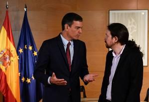 Pedro Sánchez, líder do PSOE, ao lado de Pablo Iglesias, líder do Podemos, antes de uma reunião em Madrid Foto: PIERRE-PHILIPPE MARCOU / AFP