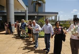 Cordenadores protestaram com um 'abraço' simbólico no prédio da Capes, em Brasília Foto: Jorge William / Agência O Globo