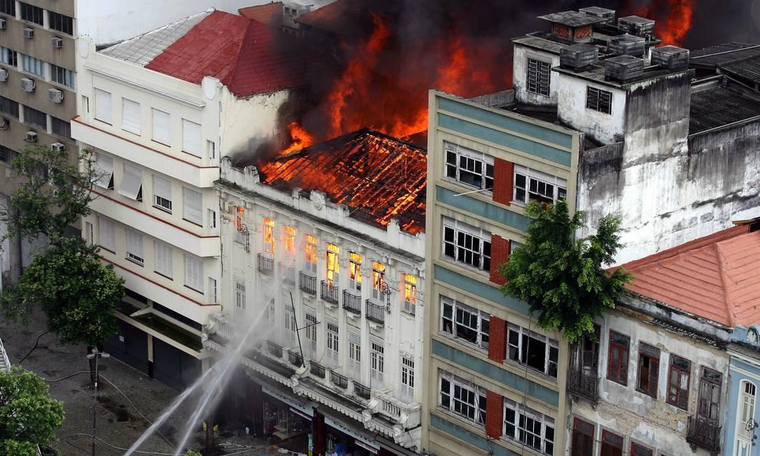 Em dezembro de 2007, a papelaria Casa Cruz, loja da Ramalho Urtigão, pegou fogo. Um ano depois, dezembro de 2008, reabriu, mas a papelaria sucumbiu à crise em 2017 Foto: Michel Filho / Agência O Globo