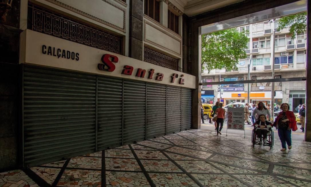 A sapataria Santa Fé, que funcionava na galeria Menescal, em Copacabana, fechou em 2017 com a morte do proprietário, seu Milton Foto: Brenno Carvalho / Agência O Globo